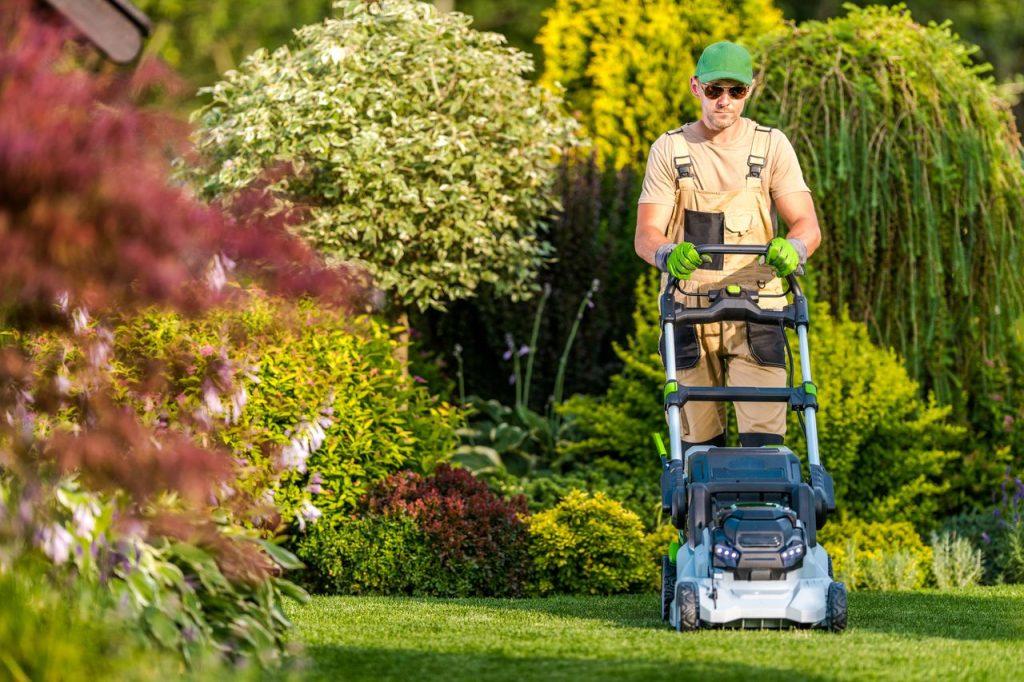 jardinier qui tond la pelouse